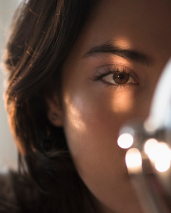 Cómo dar brillo al contorno de los ojos
